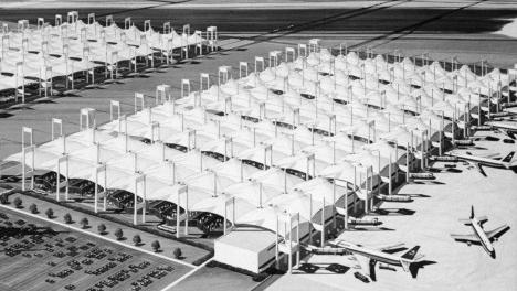 Aeroporto internacional King Abdul Aziz, exemplo de apoios pontuais. Escritório Skidmore, Owings & MerrillImage courtesy SOM / © Jay Langlois   Owens-Corning