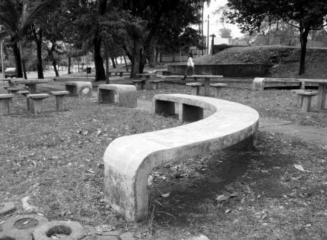 Vista geral de variações do modelo de banco original de 1967, também em concreto armado. Projeto de Ségio Zaratin e Willian Munford. Localizados no campus da UFMS, em Campo Grande-MSFoto Alex Nogueira