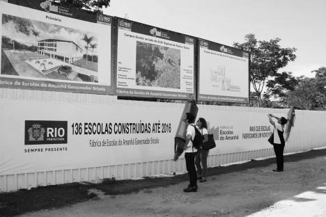Sanatório de Curicica, tapume divisório com a propaganda do programa Escola do Amanhã, Rio de Janeiro. Arquiteto Sergio BernardesFoto Marinah Raposo