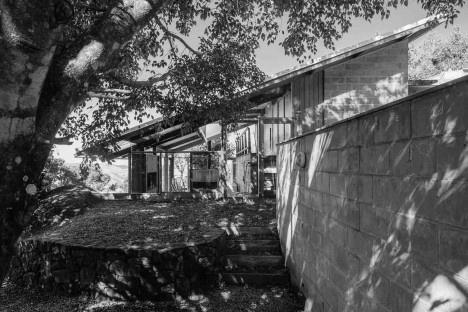 Casa de meia encosta, São Francisco Xavier SP, 2013. Arquitetos Denis Joelsons e Gabriela Baraúna UchidaFoto Pedro Kok