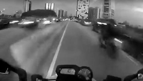Frame do vídeo Mike Terrorista – voando baixo na marginal PinheirosFoto divulgação  [Canal Youtube Leon S. Kennedy]