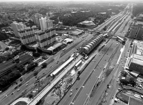 Estação típica do metrô de superfície de Salvador, arquitetos João Batista Martinez Corrêa e Beatriz Pimenta CorrêaFoto divulgação  [JBMC Arquitetura & Urbanismo]