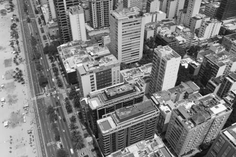 Edifícios em Ipanema, com edificações com pilotis e mais quatro pavimentos e suas coberturas de 20% já ampliadasFoto Rogerio G. Cardeman, 2008
