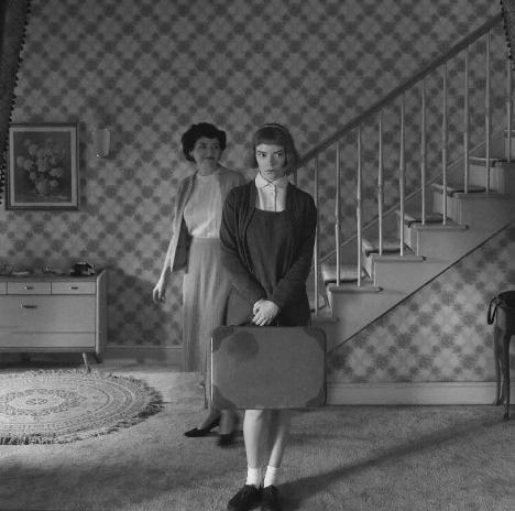 A protagonista, Elizabeth Harmon, chega em sua casa adotiva. Cena do filme O Gambito da Rainha, direção de Scott FrankFoto divulgação  [Netflix]