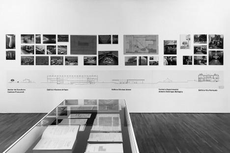 Exposição FAU 70 anos, display com documentos e parede com instalações da escolaFoto Abilio Guerra