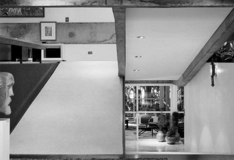 Páginas do livro Vilanova Artigas: Casa Paulistas, de Marcio CotrimImagem divulgação  [Romano Guerra Editora]