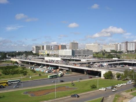 A Plataforma, o CONIC, os edifícios do Setor Comercial Sul e do Setor Hoteleiro Sul. Note-se que a linha do horizonte permeia o campo visual à esquerda<br />Foto Eduardo Pierrotti Rossetti, 2010