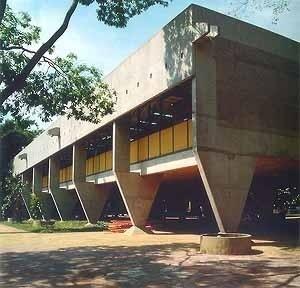 Edifício administrativo do Escritório regional da CESP, Limeira SP <br />Foto Nelson Kon  [Arquitetura na CESP – Companhia Energética de São Paulo, Nina Maria Jamra Tsukumo (org), S]