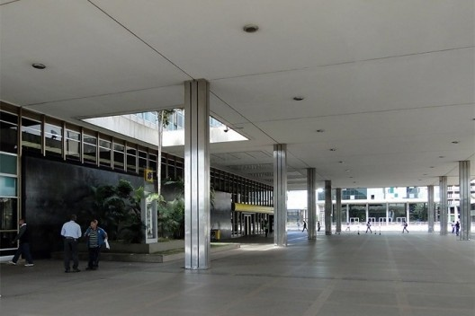 Sede I, pilotis/varanda na área frontal do edifício<br />Foto Jayme Wesley de Lima