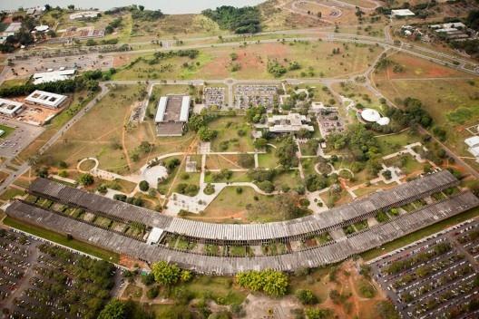 Instituto Central de Ciências e Praça Maior da Universidade de Brasília, Brasília DF Brasil, 1963. Arquitetos Lucio Costa (campus) Arquiteto Oscar Niemeyer (edifício)<br />Foto Joana França, 2016