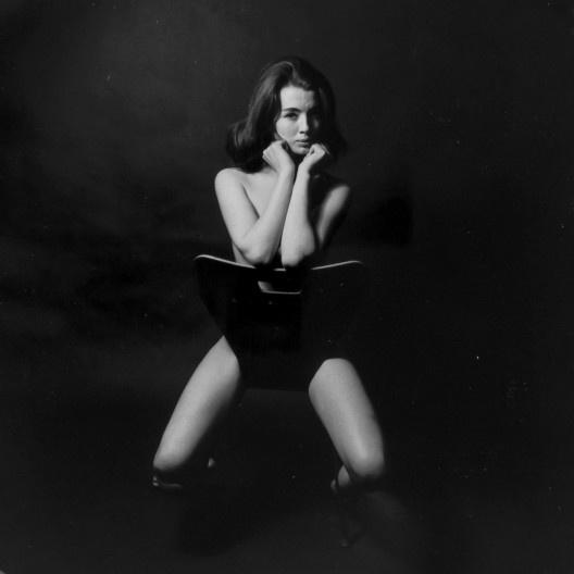 Christine Keeler sentada em cadeira Ant Chair, de Arne Jacobsen, 1963<br />Foto Lewis Morely  [Victoria and Albert Museu]