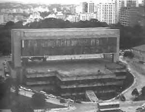 """Vista posterior do MASP, onde aparece a base, o vão e a caixa do meuseu [Reprodução de imagens do livro """"Lina Bo Bardi"""" autorizada pelo Instituto Lina Bo e P. M. B]"""