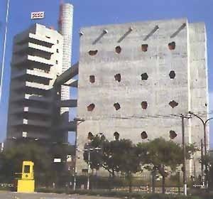 """SESC Pompéia: vista de longe mostrando as torres em relação [Reprodução de imagens do livro """"Lina Bo Bardi"""" autorizada pelo Instituto Lina Bo e P. M. B]"""