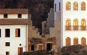 """Ladeira da Misericórdia: vista próxima dos contrafortes de concreto [Reprodução de imagens do livro """"Lina Bo Bardi"""" autorizada pelo Instituto Lina Bo e P. M. B]"""