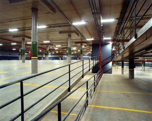 Figura 3 – Garagem subterrânea Trianon, com rampas usadas para vagas.<br />Foto Nelson Kon