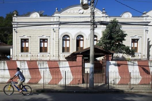 Grupo Escolar Cônego J. Monteiro, no percurso da antiga Estrada União Industria, depois BR-3, atual rodovia que atravessa o centro urbano da cidade<br />Foto Fábio Lima