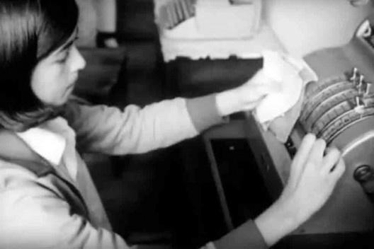 """Experiência de ensino vocacional, aula de contabilidade, Colégio Oswaldo Aranha, São Paulo, 1969<br />Foto divulgação  [Filme """"Ensino Vocacional"""", direção de Aloysio Raulino e outros]"""