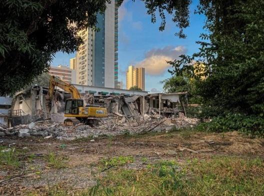 Demolição da Casa Miguel Vita no Recife, projeto do arquiteto Delfim Amorim, de 1958<br />Foto Fred Jordão