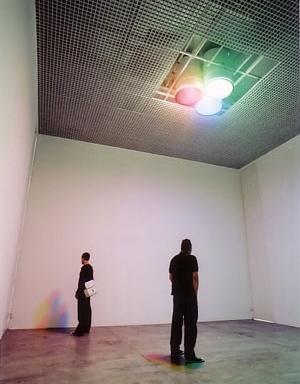 Escrita, Ricardo Carioba instalação com luzes e filtros 500 x 700 x 700 cm (cubo da galeria) [Galeria Vermelho]