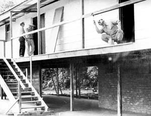 Operário trabalhando na construção do Catetinho, residência provisória do Presidente da República [Acervo Arquivo Público do Distrito Federal]