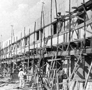 Operário trabalhando na construção de Brasília [Acervo do Departamento do Patrimônio Histórico e Artístico do DF]