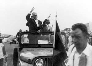 Israel Pinheiro e o Ernesto Silva desfilando na festa de inauguração de Brasília. Foto M. M. Fontenelle [Acervo do Departamento do Patrimônio Histórico e Artístico do DF]