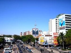 Aspecto da Avenida Brasil em Maringá, atualmente, mostrando os fluxos de pessoas e veículos, caracterizados sobretudo, por ser uma via de acesso e comercial<br />Foto Ricardo Luiz Töws, 2006