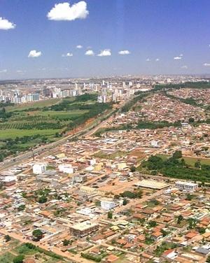 Vicente Pires, ao lado da via EPTG. Ao fundo, edifícios de Águas Claras. Distrito Federal<br />Foto Augusto Areal  [Infobrasilia]