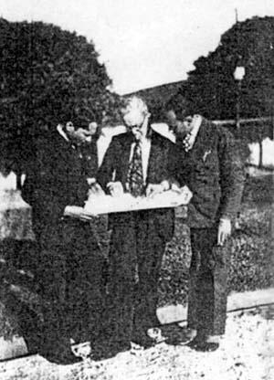 Figura 28 - Alexander Altberg apresenta o projeto do Retiro a funcionários do Sindicato dos Trabalhadores do Livro e do Jornal, Vassouras, RJ, 1933 ou 34 [Coleção Alexandre Altberg]