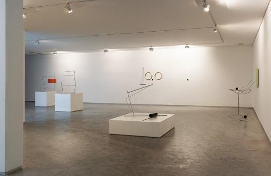 Waltércio Caldas. Vista geral da exposição. Peças de um cenário que resignificam o espaço da galeria.  [acervo Galeria Paulo Darzé]