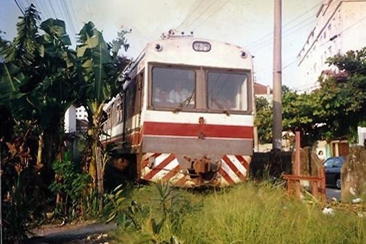Trem passando por travessia de pedestres<br />Foto Orlando Faya