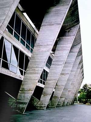 Museu de Arte Moderna do Rio de Janeiro, Affonso Eduardo Reidy, 1953. O MAM é um exemplo de resposta inventiva do arquiteto às demandas de uso, do lugar e da construção. A estrutura externa em pórticos que atiranta a laje do segundo pavimento permite a li<br />Foto do autor