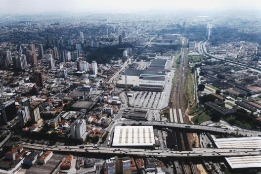 Shopping ABC Plaza, localizado entre a Avenida Industrial (esquerda) - e a via férrea (direita) [Acervo da autora, 2003]