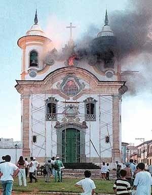 Vista da fachada no dia do incêndio