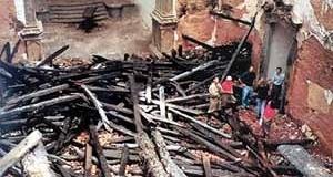 Estrutura do telhado, queimada, sobre o piso da nave