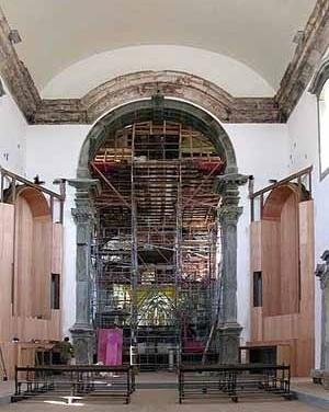 Capela-mór escorada para consolidação da cúpula em barrete de clérigo (ver desenho em corte) vendo-se o arco cruzeiro ao centro, ladeado pelos novos altares
