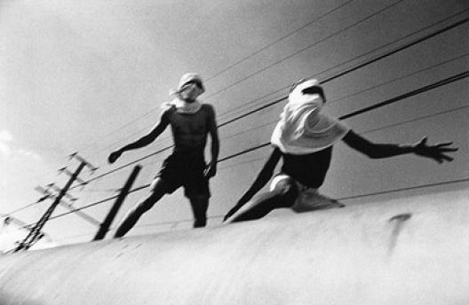 Surfistas de trem<br />Foto Rogério Reis  [Ilustração do prólogo do livro]