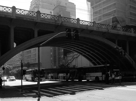 Corredor de ônibus na Avenida Nove de Julho, bairro do Bixiga<br />Foto Abilio Guerra