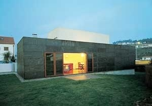 Casa Milhundos, 1996/2000. Vista do exterior, face sul <br />Foto Luís Oliveira Santos