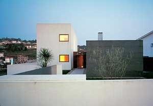 Casa Milhundos, 1996/2002. Vista do exterior, poente<br />Foto Luís Oliveira Santos