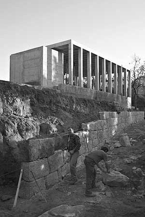 Pavilhão, Quinta em Santiago, 2002. Execução dos muros do acesso<br />Foto Jorge Garcia Pereira