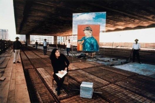 "Masp em construção. Lina Bo Bardi ao lado da pintura ""O escolar"", de Van Gogh<br />Foto Lew Parrela"