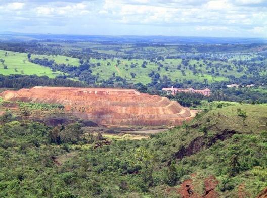 Cavas de extração de minérios em Araxá MG<br />Foto Ablio Guerra
