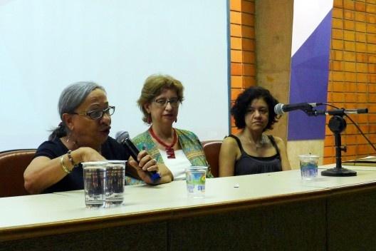 Mirthes Baffi, ao lado de Ruth Verde Zein e Karen Menatti, na fala final da sessão de encerramento do evento, Encontro Núcleo Docomomo-SP 2015<br />Foto André Marques