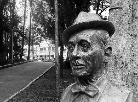 Adoniran Barbosa, escultura em bronze na Praça Dom Orione, Bixiga<br />Foto Abilio Guerra