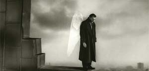 Asas do Desejo, de Win Wenders, 1987.  Refilmado em 1998, com o título Cidade dos Anjos (esse ambientado em Los Angeles), mostra a cidade de Berlin de cima, sob os olhos de alguém que aí quer ficar, desejando o mundo real, a cidade real