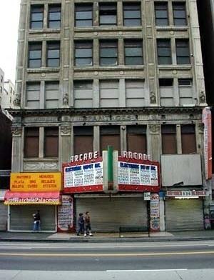 LA, Arcade Theater, de 1910, na 534 S. Broadway.<br />Foto circa 2000.  [http://www.you-are-here.com]