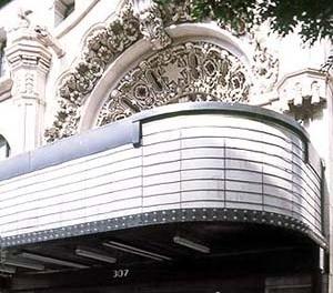 The million dollar theater, localizado na 307, South Broadway. Detalhe arquitetônico. Construído com a então fabulosa quantia de um milhão de dólares, foi o primeiro grande cinema da cidade de Los Angeles, com 2,345 assentos e elaborado com detalhes gótic [http://www.you-are-here.com]