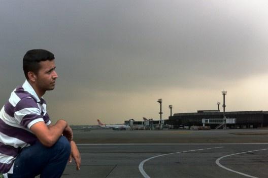 El hombre y el aeropuerto<br />Foto Abilio Guerra