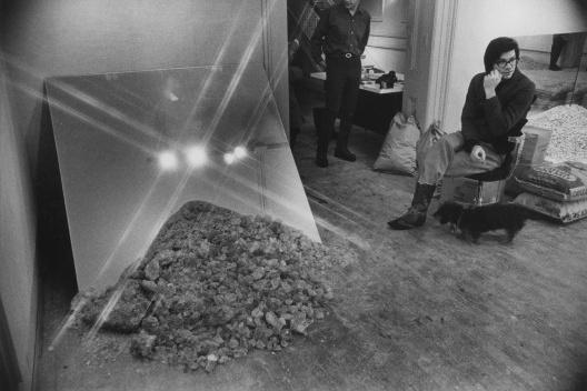 Vistas da instalação no <i>non-site</i> e de Robert Smithson<br />Foto divulgação/Visual Services/Cornell Publications Photography records, #4-3-1885  [Division of Rare and Manuscript Collections, Cornell University Library]